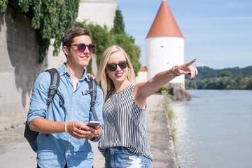 Junges Paar macht Stadtausflug im Sommer