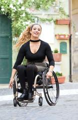Giovane donna in carrozzina a passeggio