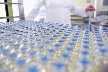 Herstellung von Medikamanten in der Pharmaindustrie - Glasflaschen mit Insulin im Produktionsprozeß // Manufacture of medicines in the pharmaceutical industry - Glass bottles with insulin
