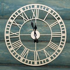 Настенные часы, показывающие 11.55