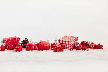Frohe Weihnachten mit rotem Design als Dekoration