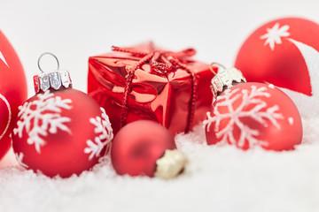 Geschenk zu Weihnachten mit Weihnachtskugel