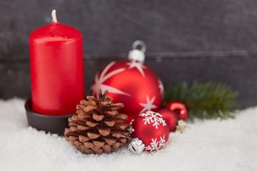 Rote Kerze zu Weihnachten als Hintergrund