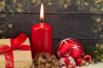 Weihnachtskarte mit Kerze und Geschenk