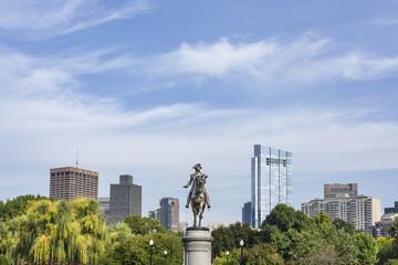 Estatua y ciudad de fondo
