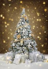 mit Gold und Silber geschmückter Christbaum im Sternenregen