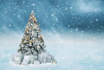 Geschmückter Weihnachtsbaum draußen im Schneetreiben