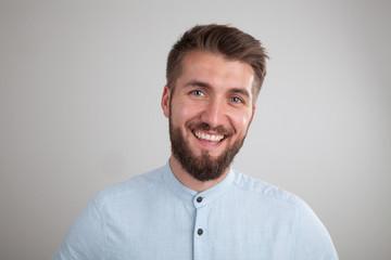 Zufrieden lächelnder attraktiver Mann