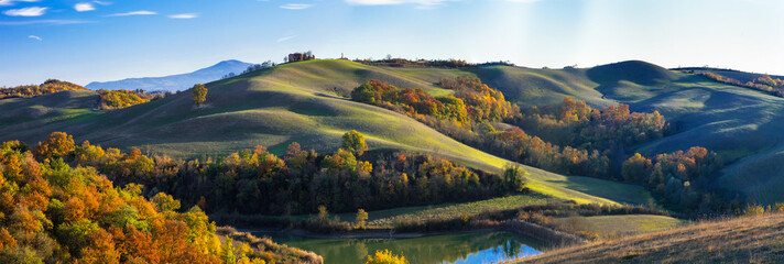 Idyllic rural landscapes and rolling hills of Tuscany in autumn colors. Italy Fototapete
