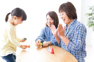 子供と遊ぶ幸せな家族イメージ