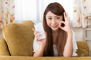 スマートフォン・笑顔の女性