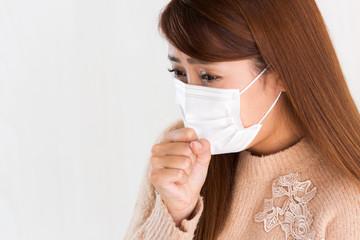 マスク・咳をする女性