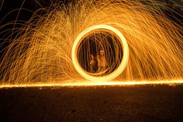 Feuerfunken bei Nacht