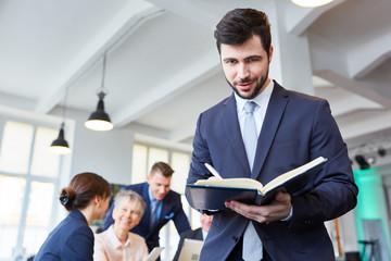 Start-Up Mann als Manager und Controller