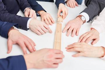 Business Team macht Übung mit Bausteinen
