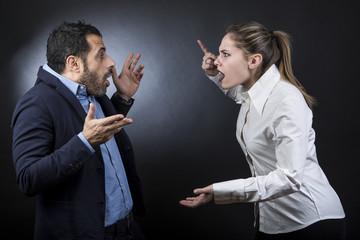 una coppia litiga : la ragazza accusa il ragazzo puntando il dito - sfondo scuro