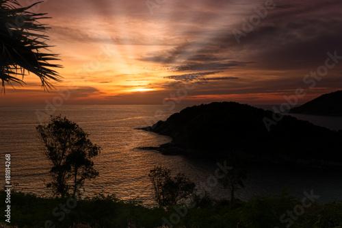 Fototapete Sonnenuntergang mit Sonnenstrahlen auf der Insel Ko Man in Phuket; Thailand