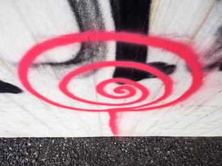 Spirale in pink an einer Wand