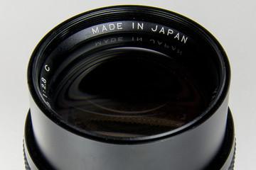 Dettaglio di una lente fotografica per macchine professionali. L'obiettivo vintage è un 135 mm e ha il diaframma continuo.