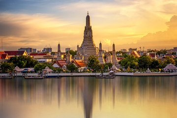 Foto auf Acrylglas Bangkok The Temple Chao Phraya Riverside, The famous Wat Arun, perhaps better known as the Temple of the Dawn, is one of the best known landmarks and one of the most published images of Bangkok