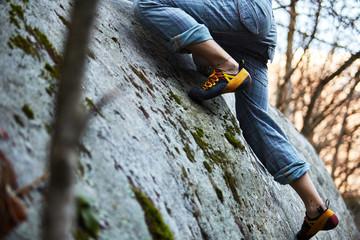 Spoed Fotobehang Alpinisme Dettaglio scarpa da arrampicata su roccia