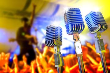 Diseño con microfonos vintage y concierto. Fondo de música en directo.Grupo de música en el escenario y publico