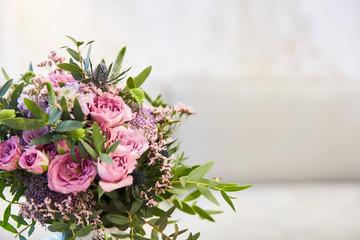 Zelfklevend Fotobehang Struisvogel Blumenstrauß mit rosa Rosen zur Hochzeit