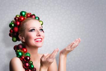 weihnachtlich geschmückte Frau präsentiert etwas, mit Textfreiraum