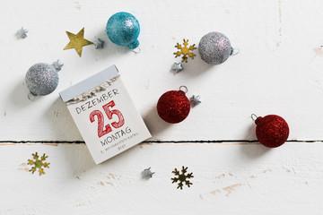 Kalenderblatt mit 25. Dezember, 1. Weihnachtsfeiertag auf Holzuntergrund