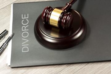 Ein Richterhammer und eine Akte mit dem Aufdruck Scheidung
