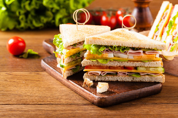 Photo sur Aluminium Snack Delicious toast sandwich with ham, cheese, egg and vegetables.