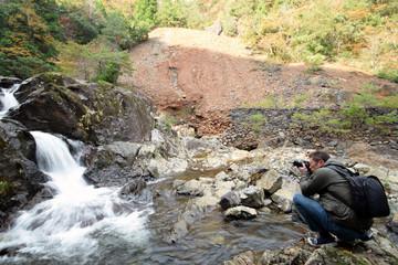 山で写真を撮る男