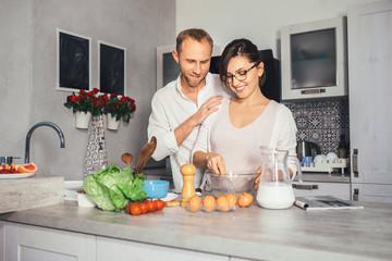 Marrieds prepare breakfast together