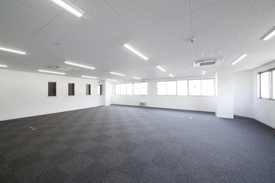 新築の広いオフィス室内