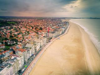 Vue aérienne de la côte belge - Knokke le Zoute, la mer du Nord, la plage, les immeubles.