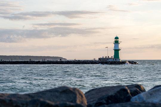 Leuchtturm von Warnemünde im Sonnenuntergang