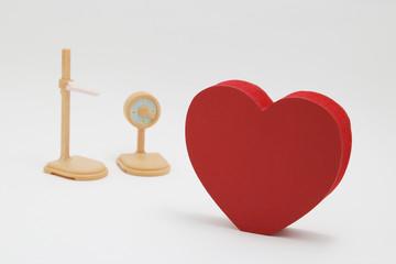 ハートマークと体重計と身長計 健康診断 医療イメージ