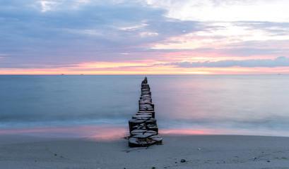 Bune am Meer im Sonnenuntergang
