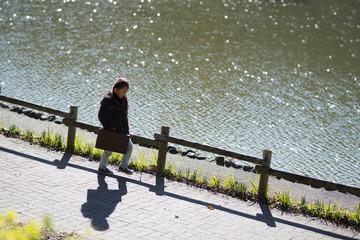 カバンを持って歩く女の子