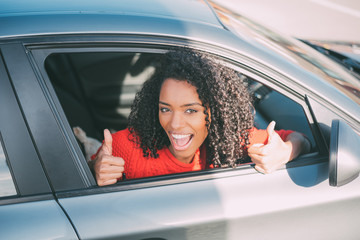Young black woman sitting in the car smiling Fototapete