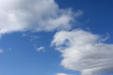 青空と雲「空想・雲のモンスターたち(上のモンスターが下のモンスターの頭 を気遣うようなイメージなど)」(気遣う、仲睦まじく、頭をなでる、愛情表現、おでこにキスなどのイメージ)