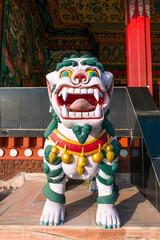 weißer chinesischer Drache vor einem Kloster