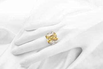 イエローサファイヤとダイヤモンドのリング