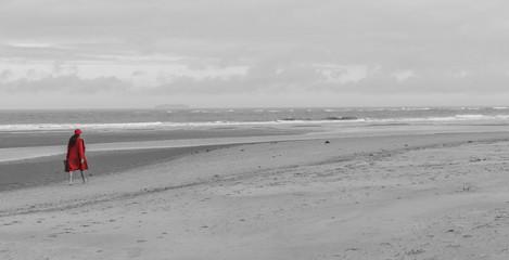 Rot gekleidete Frau am Strand