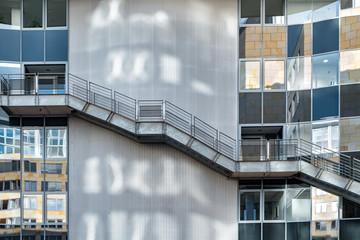 Metalltreppe außen am Gebäude Notausgang
