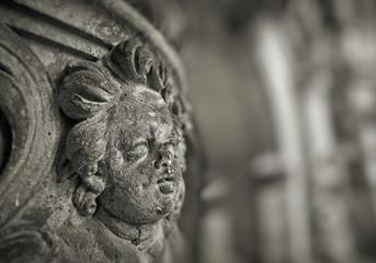 verwitterte Figur eines Engels aus Sandstein an der Fassade eines historischen Gebäudes in der Altstadt von Dresden