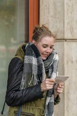 Eine Frau schaut auf ein Ultaschallbild und lächelt