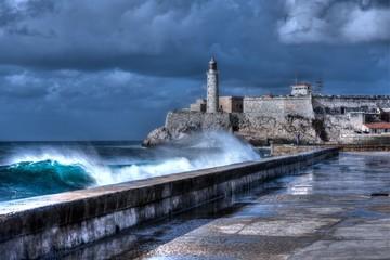 Poster de jardin Havana Cuba, Havana. Waves Breaking on the Malecon Sea Front. El Morro Fort in Background