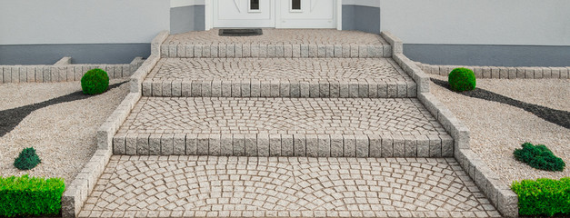 Breite Treppe Außentreppe aus Granit Pflaster im Vorgarten - Wide outside staircase made of granite pavement in the front yard