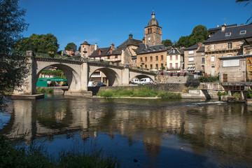 Village de Saint Geniez d' Olt ,au bord du Lot ,  en aveyron , France